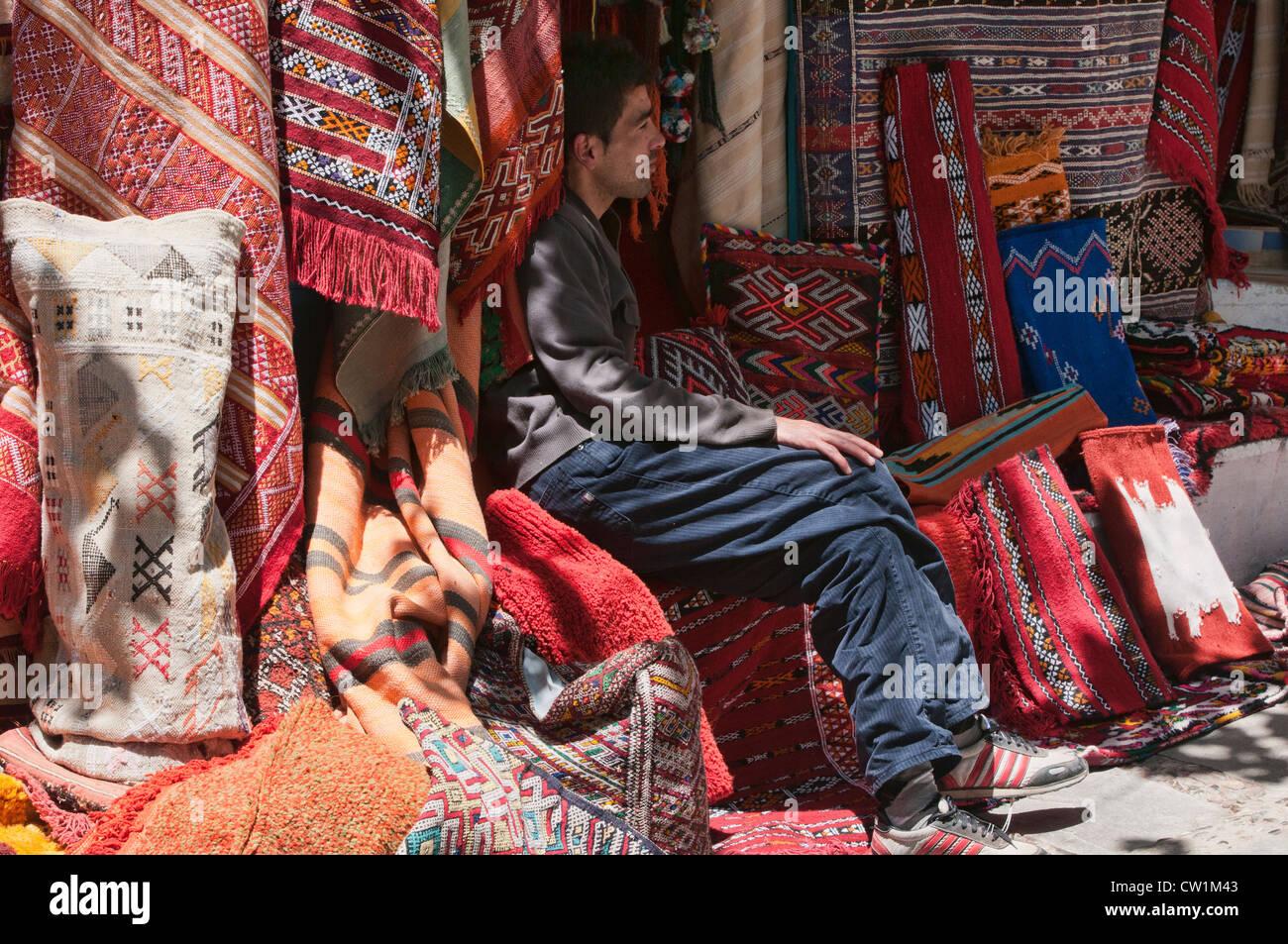 Venditore di tappeti nel Quartier Habous Bazaar a Casablanca, Marocco Immagini Stock