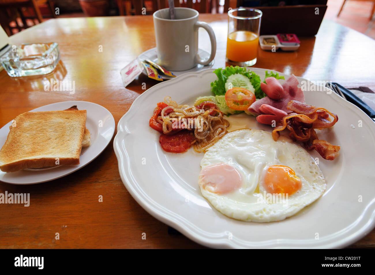 La prima colazione americana su un tavolo in Thai cafe Immagini Stock
