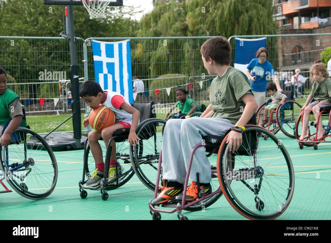 Haggerston Park Live Olympic schermo. In grado corposi i bambini hanno la possibilità di giocare a basket in Immagini Stock