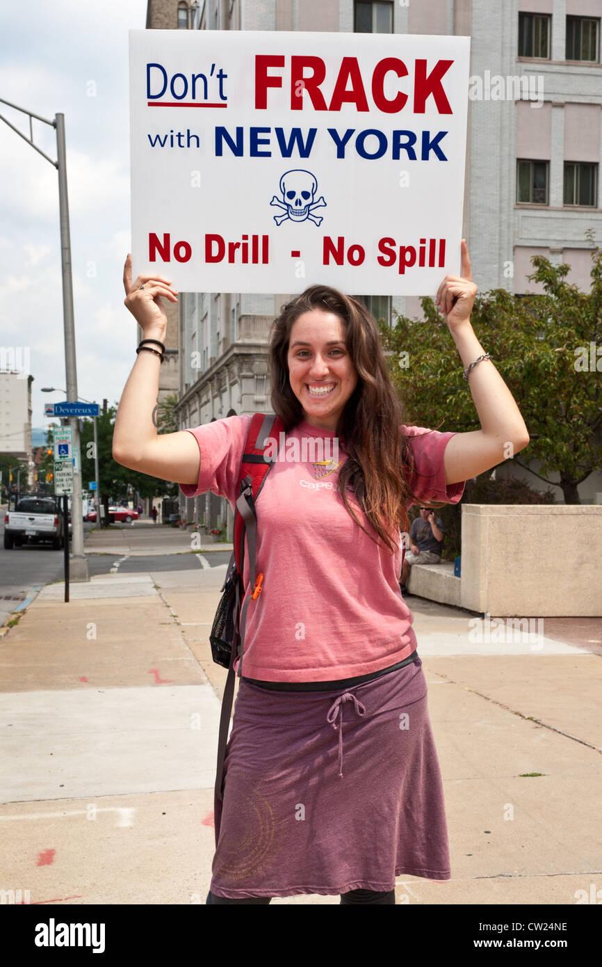Giovane donna a anti-fracking protesta, Utica, New York Immagini Stock