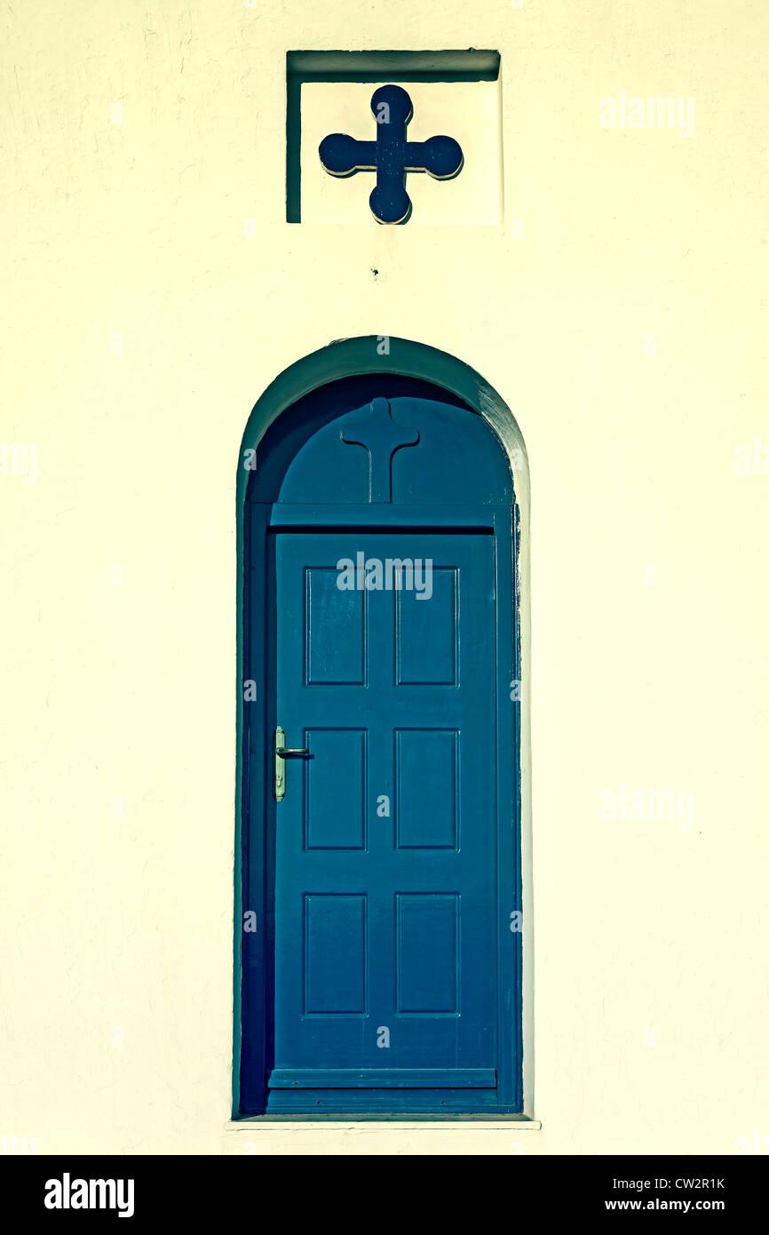 Una porta blu con una croce Immagini Stock