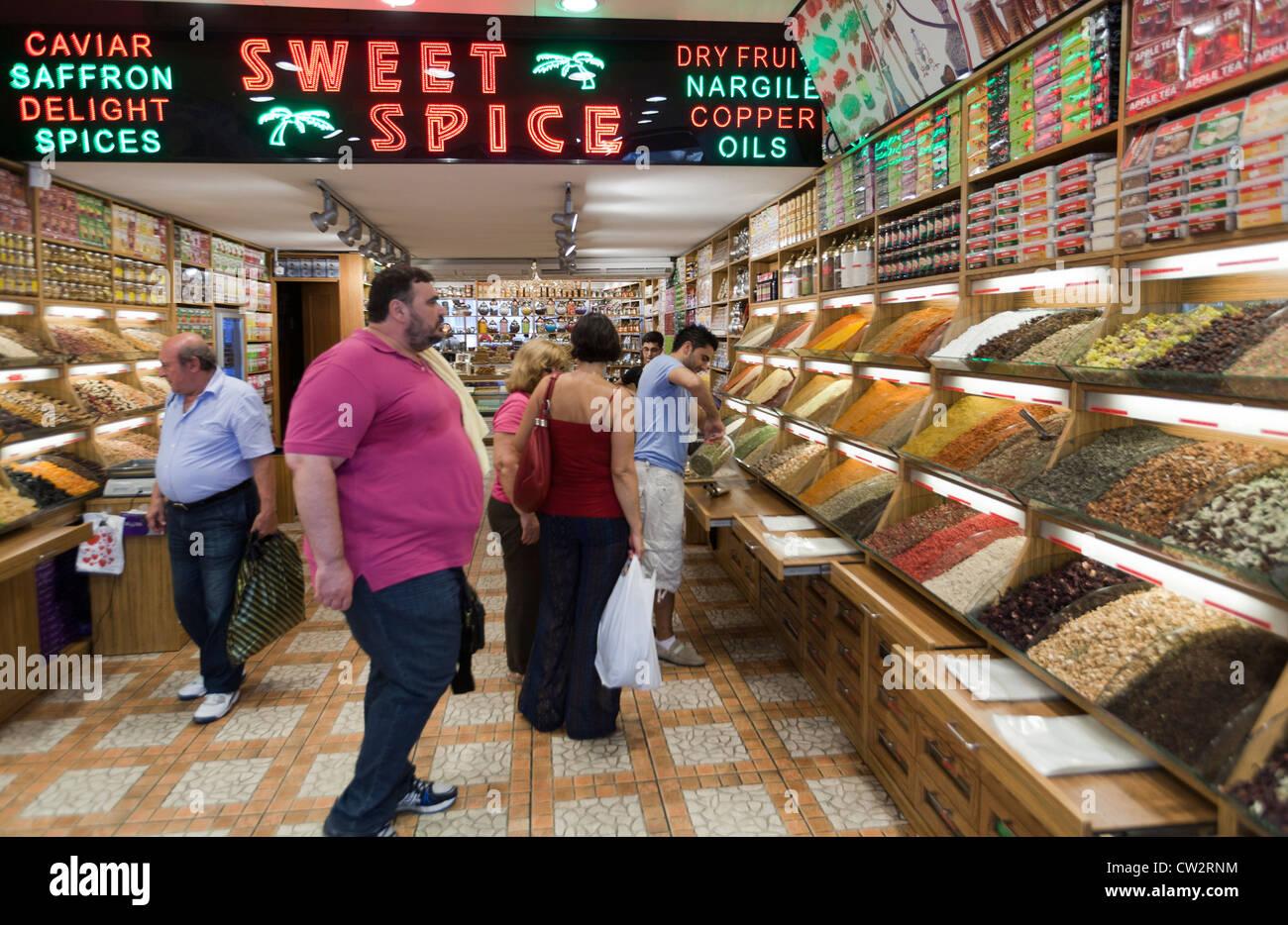 I turisti in una dolce e negozio di spezie in Istanbul Turchia Immagini Stock