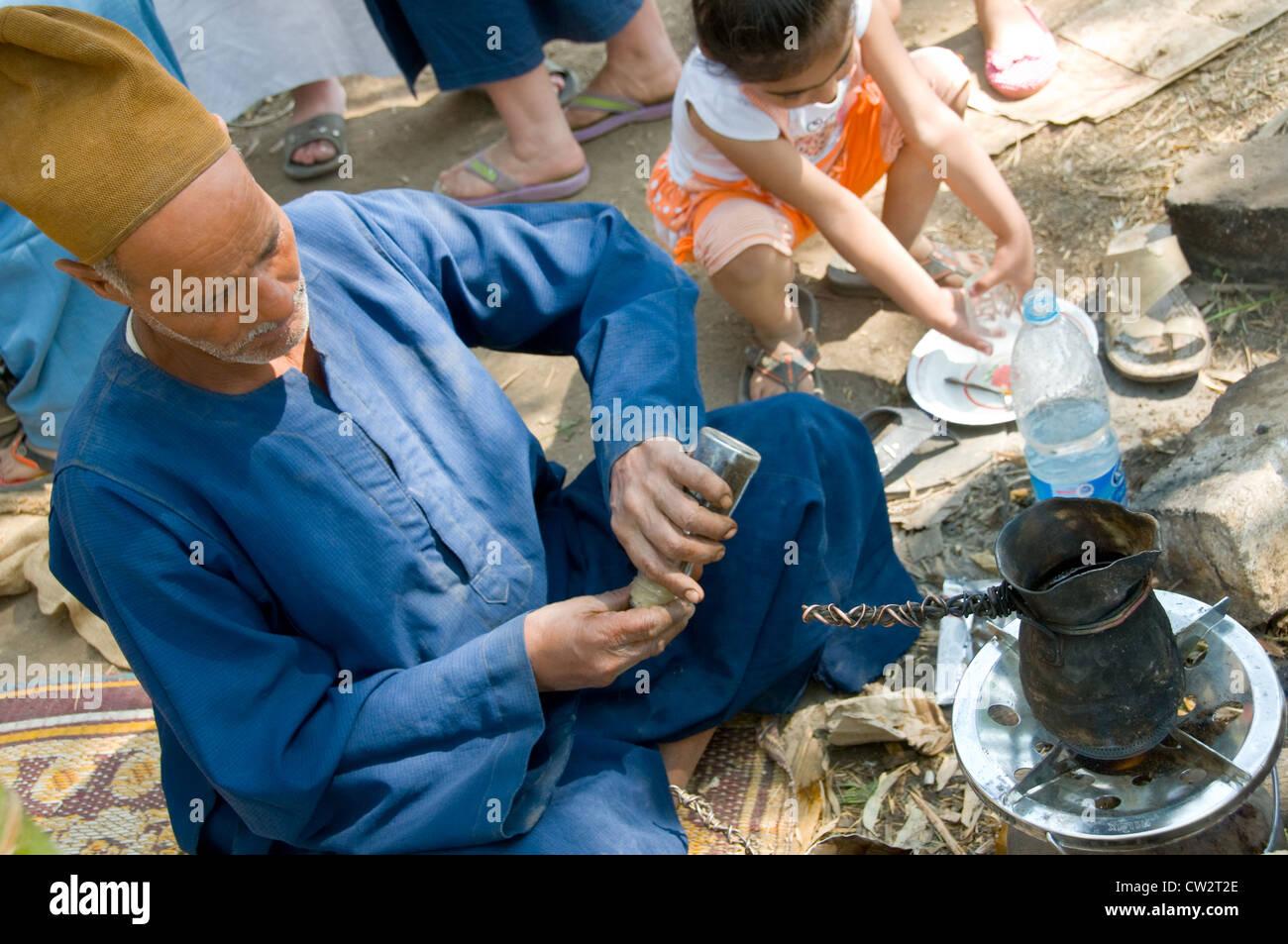 L'uomo il tè in campagna accanto al Cairo in Egitto Immagini Stock