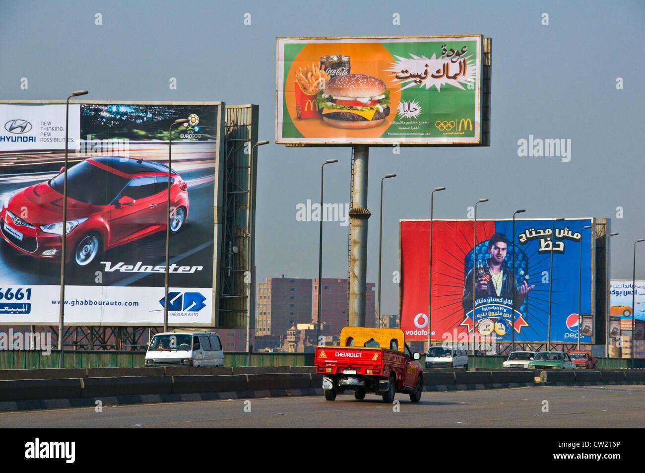 I cartelloni pubblicitari lungo un'autostrada Cairo Egitto Immagini Stock