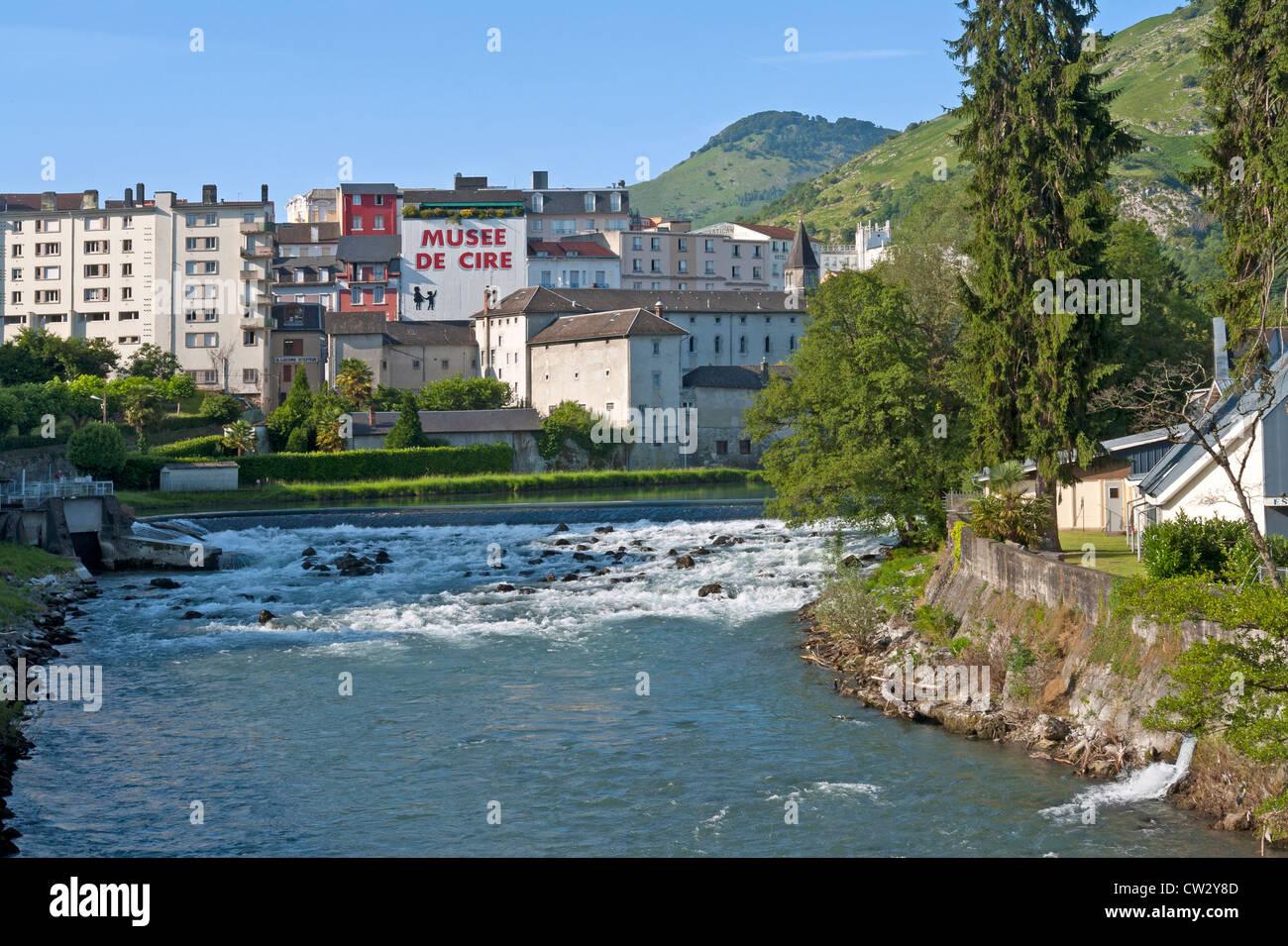Guardando al di là del fiume Gave de Pau verso la città di Lourdes, Haute-Pyrenees, Francia Immagini Stock