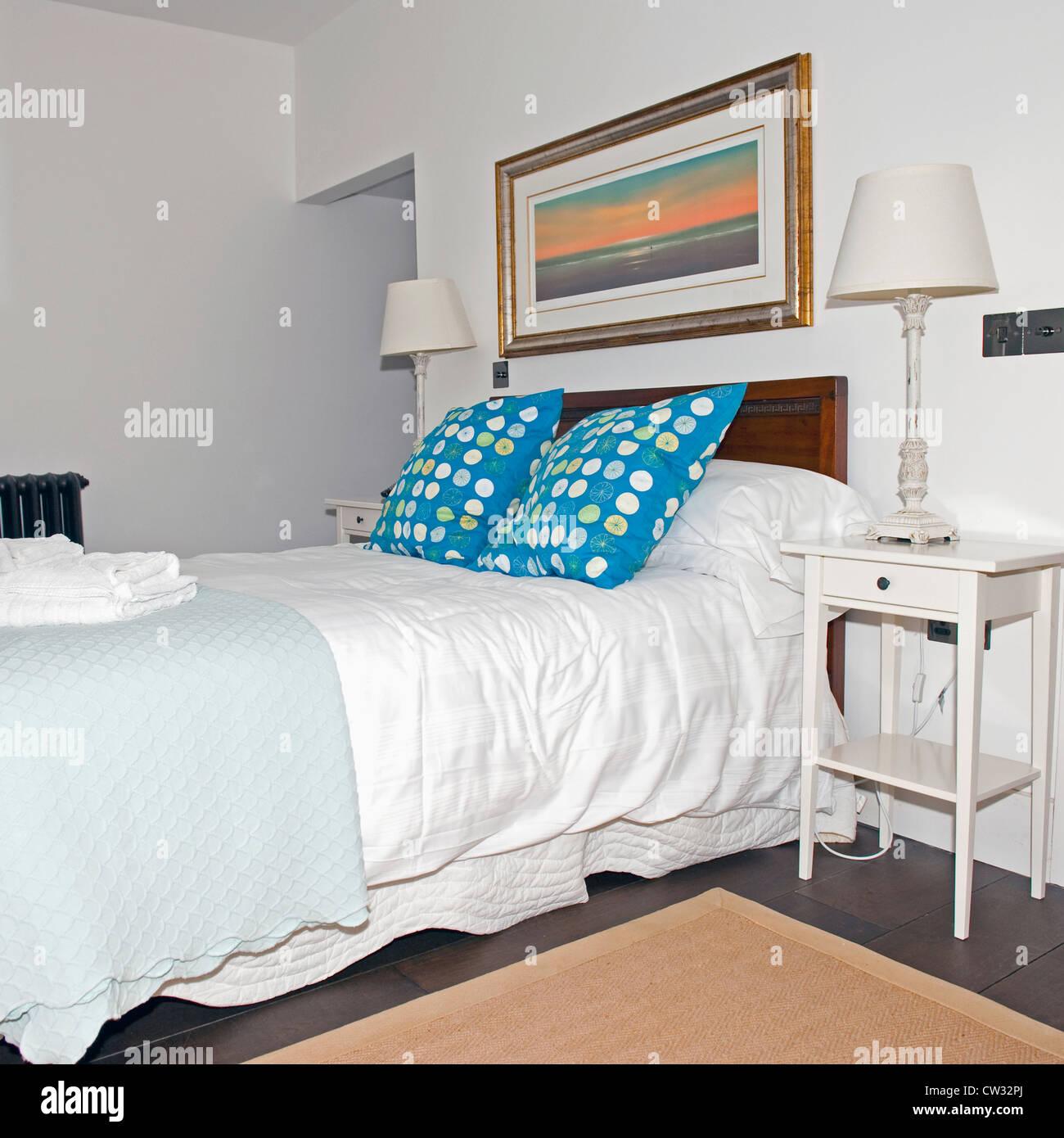 Camera doppia con letto matrimoniale e lampade da comodino. Immagini Stock