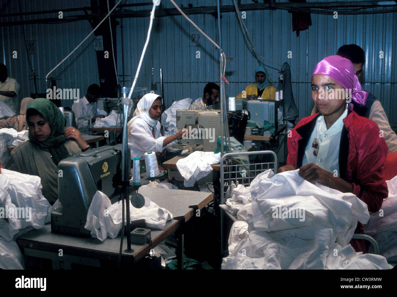 Le donne di macchinisti in un cotone fabbrica tessile in Egitto Immagini Stock