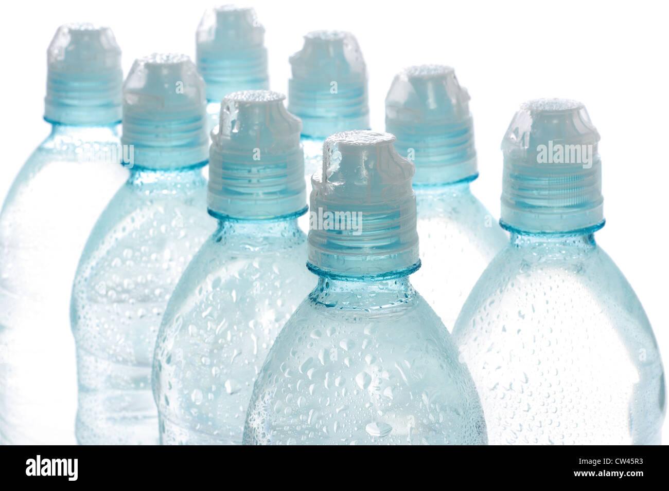 Acqua in bottiglia isolate su uno sfondo bianco Immagini Stock