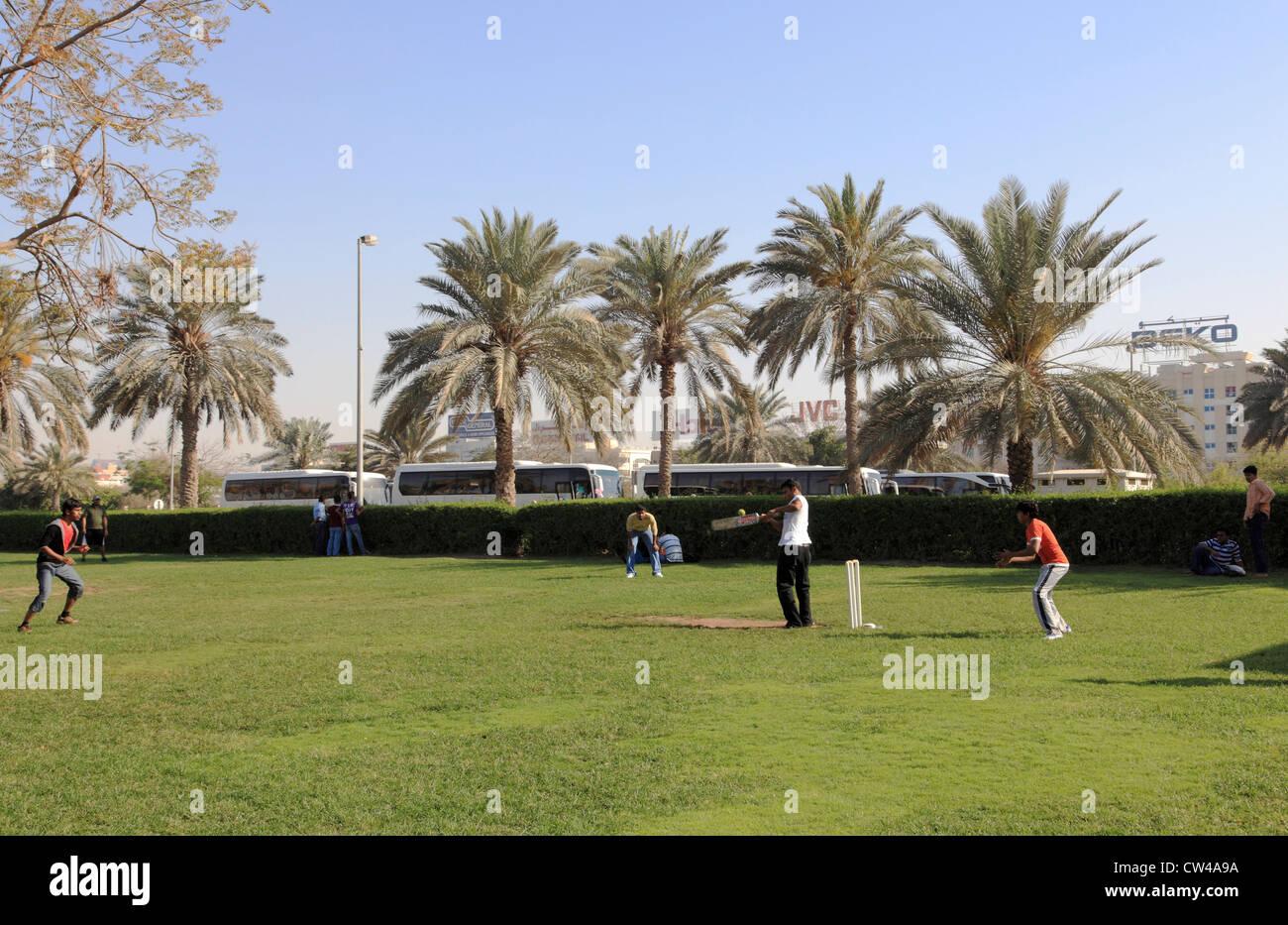 3499. Il cricket, Indiana e lavoratori Pakistani, Dubai, EAU. Immagini Stock