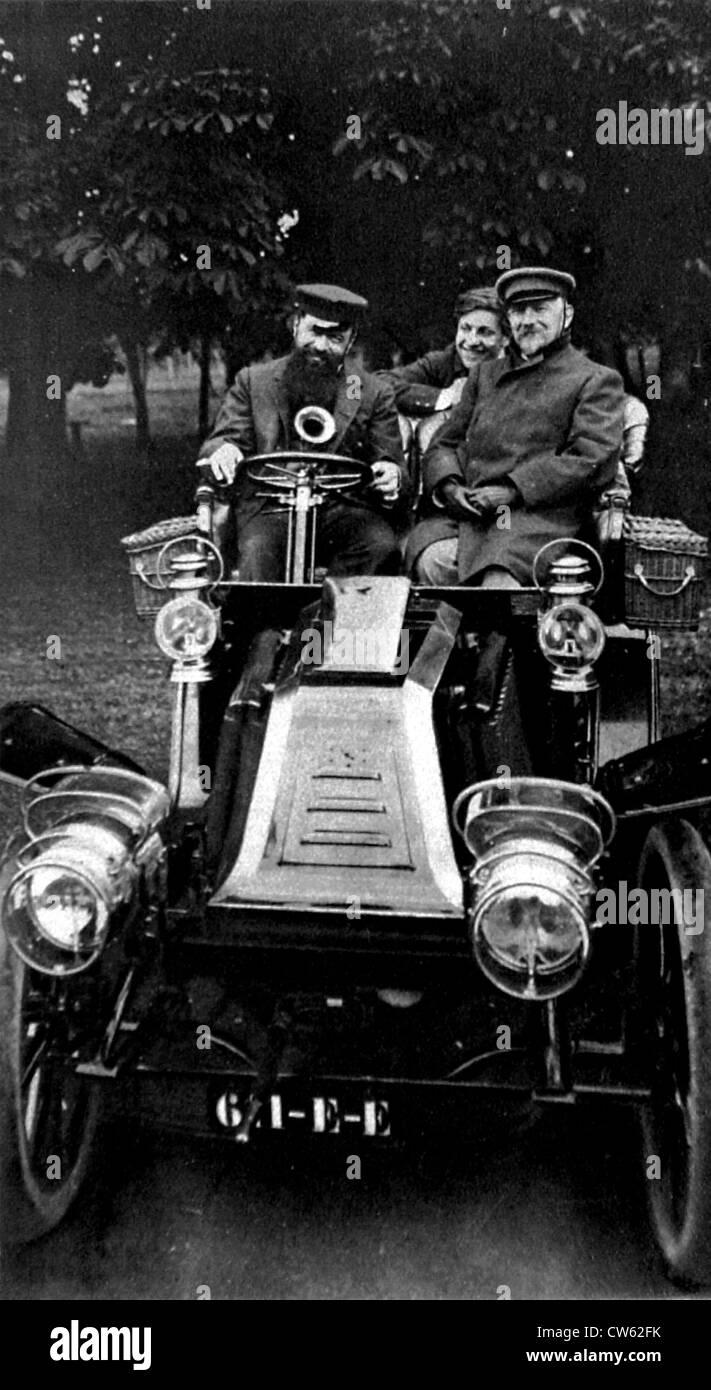 Tristan Bernard dietro la ruota auto Renault Jules Renard seduto accanto a lui sul retro Lucien Guitry figlio di Immagini Stock