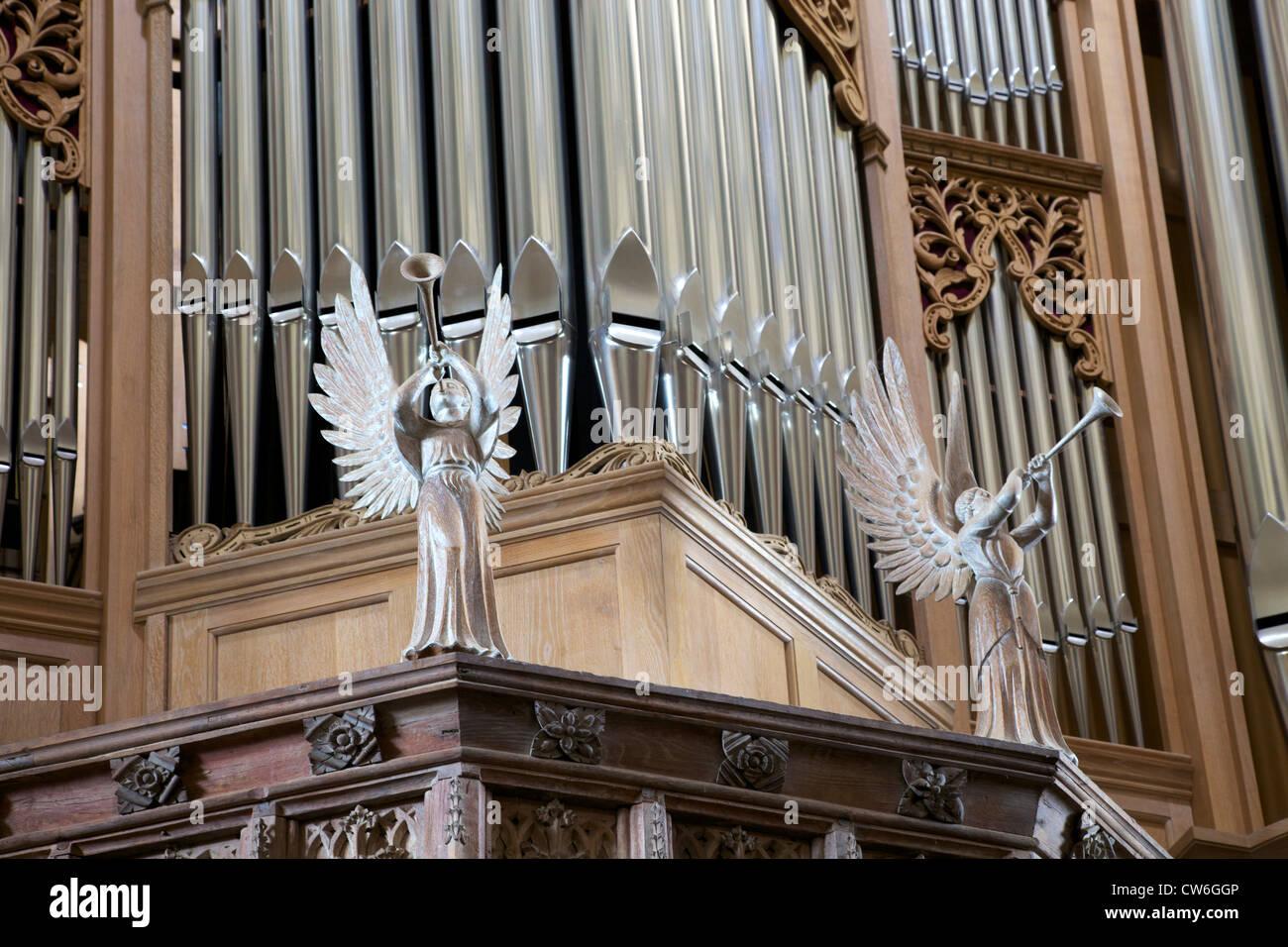Angeli scolpiti sulla carcassa di organo, St. Davids cattedrale, Pembrokeshire National Park, Galles Cymru, Regno Immagini Stock