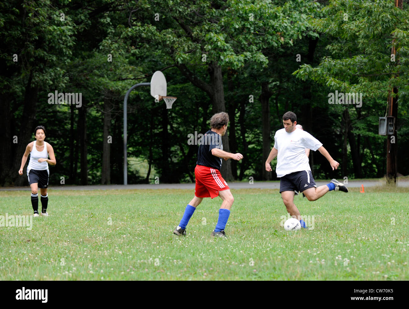 Pickup soccer game in Oriente Rock Park di domenica. Immagini Stock