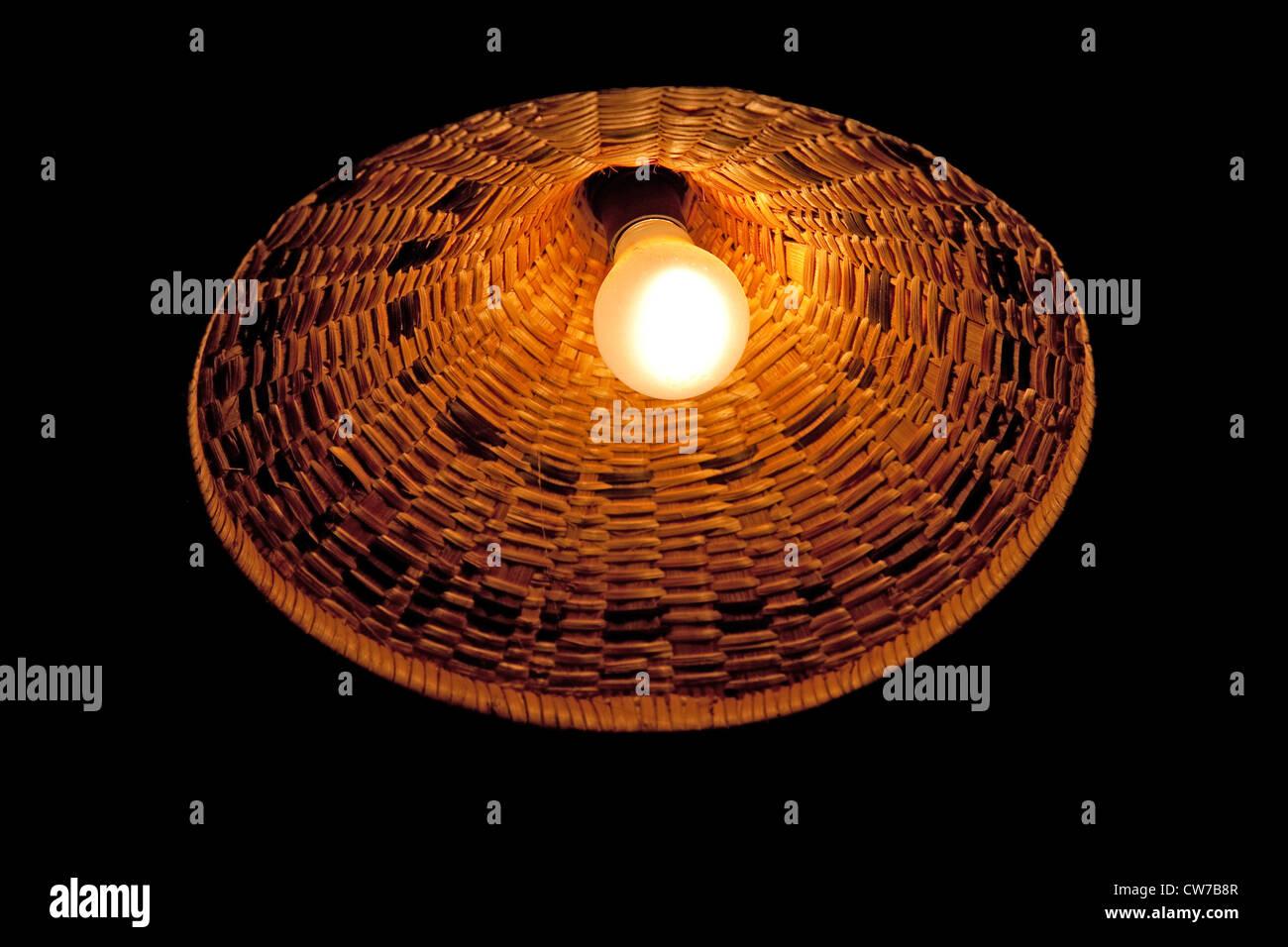 Lampadina della luce e ombra della lampada fatta di fibra di banana, Burundi Gitega Immagini Stock
