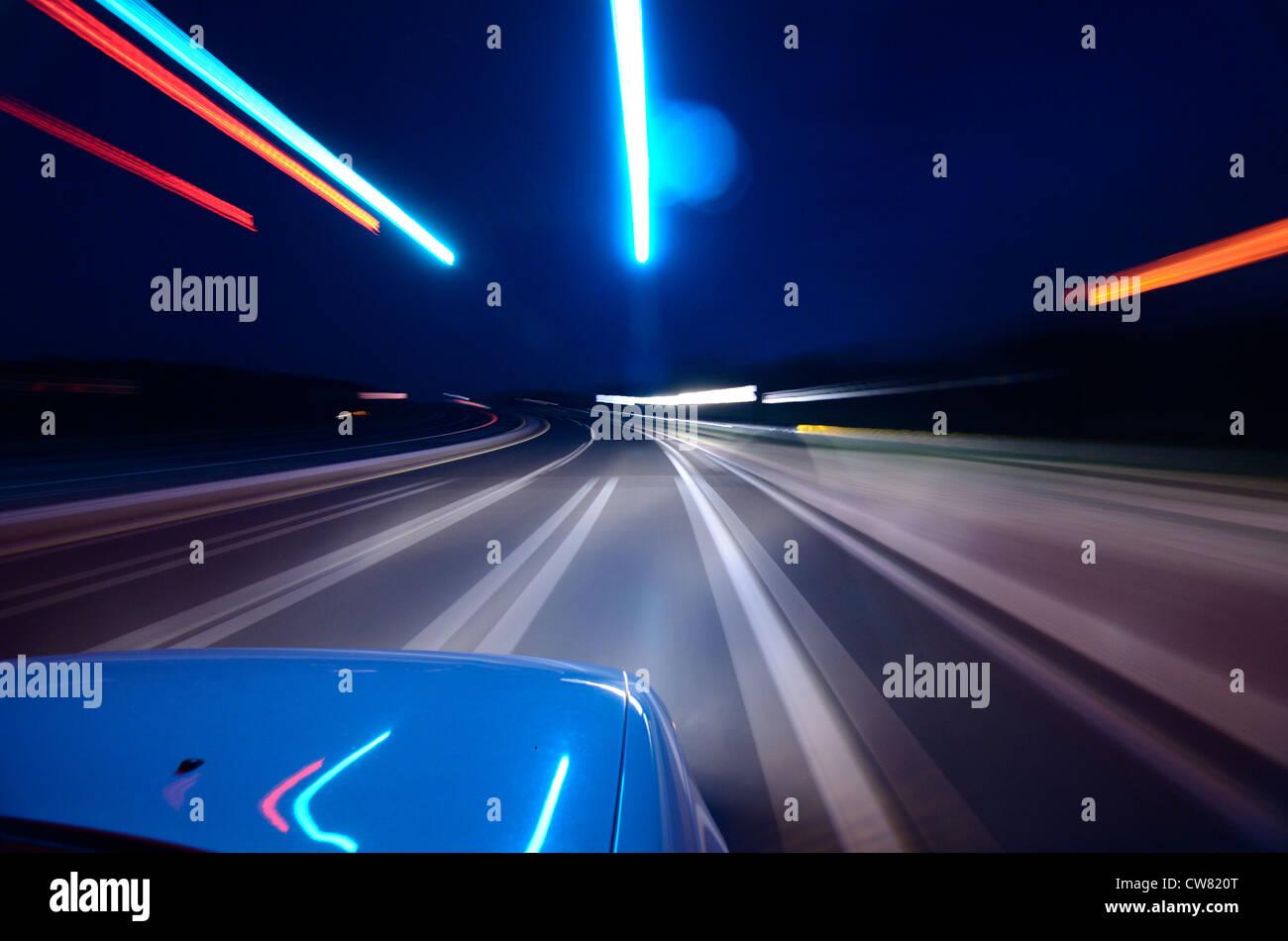 Moto vista offuscata di guidare di notte Immagini Stock