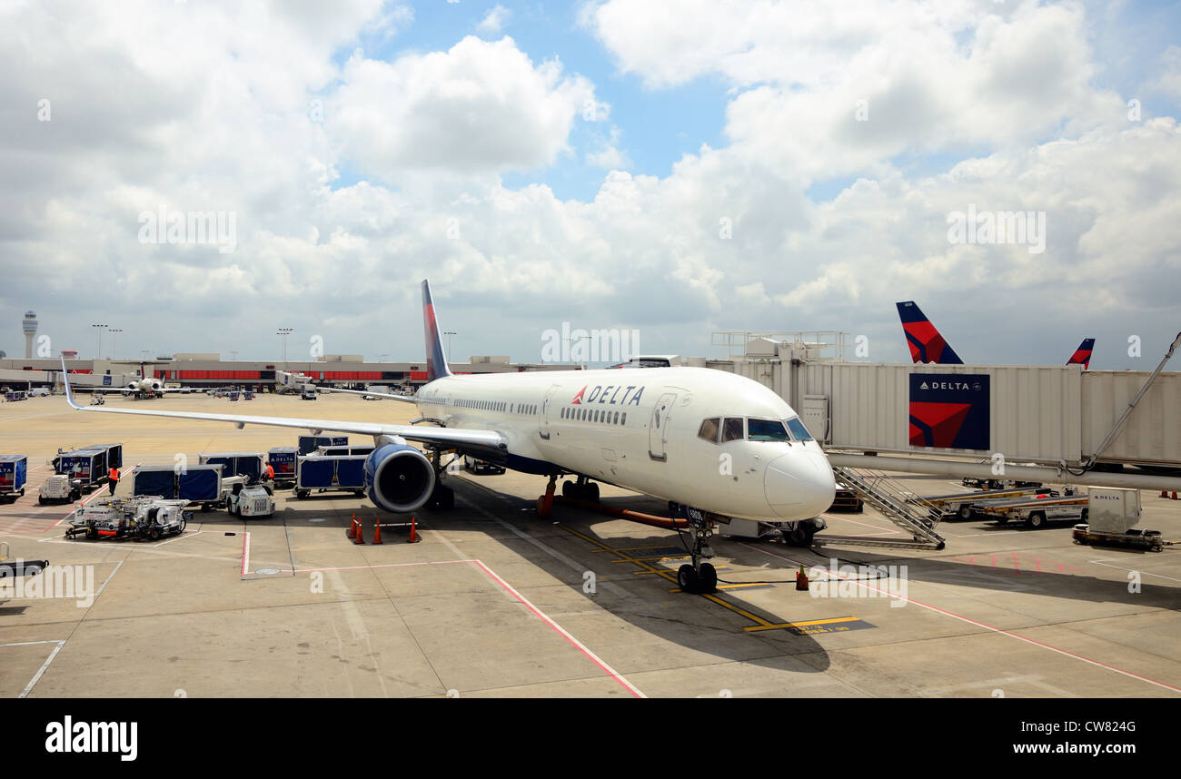 Delta Jet ancorata al gate in Hartsfield-Jackson Atlanta International Airport Immagini Stock