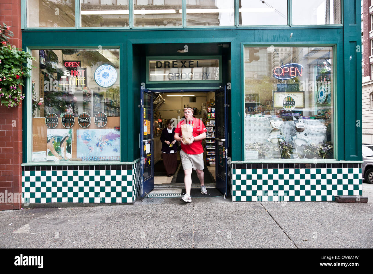 Esterno il tempo vecchio negozio di alimentari con scacchiera