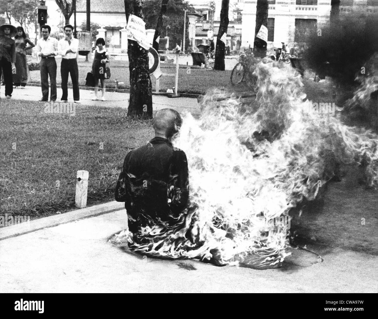 Un giovane monaco buddista bruciato se stesso fino alla morte a Saigon la piazza del mercato, per protestare contro il governo di politiche religiose. 1963. Foto Stock