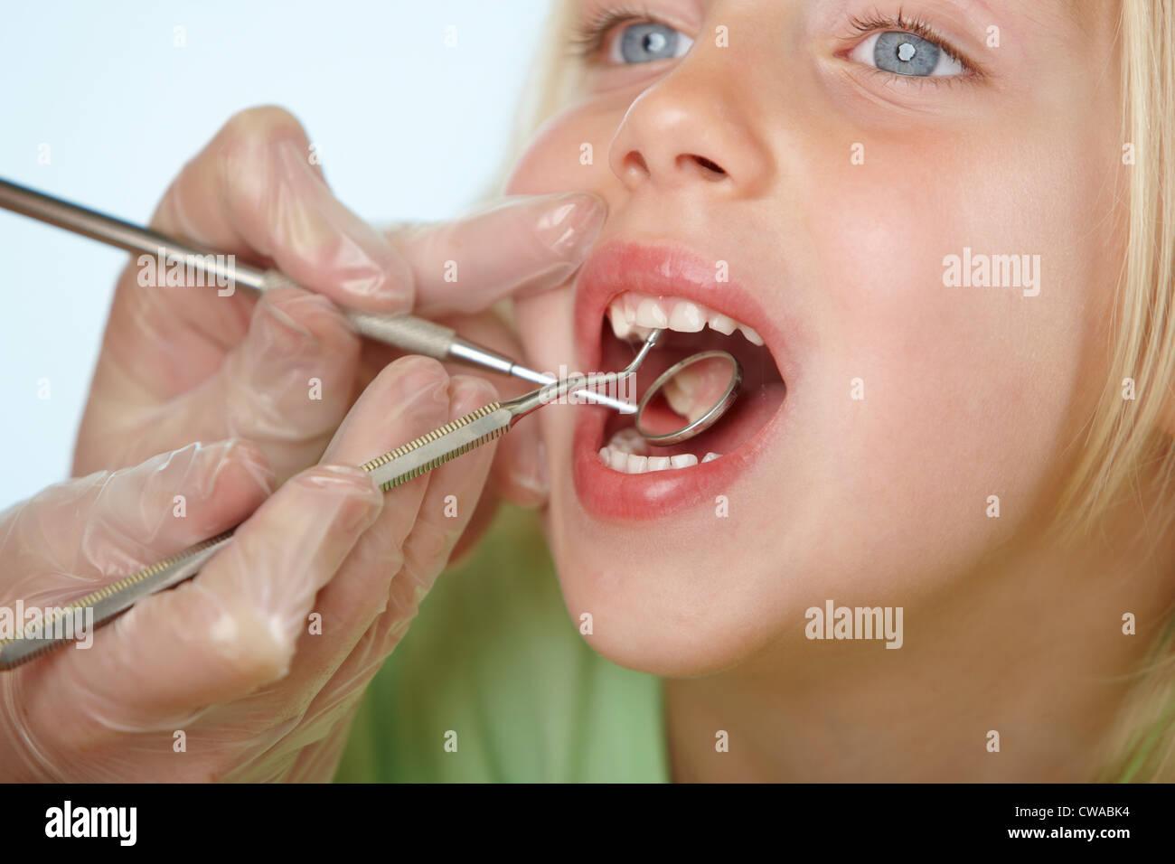 Ragazza avente dental check up Immagini Stock