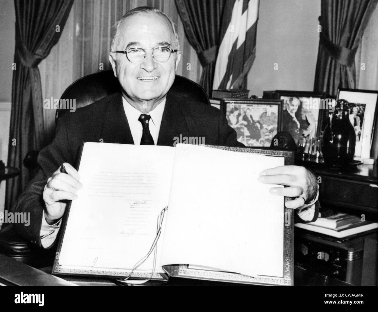 Il presidente Harry Truman detiene il giapponese trattato di pace ha firmato nella ratifica, 4/15/52.. La cortesia: Immagini Stock