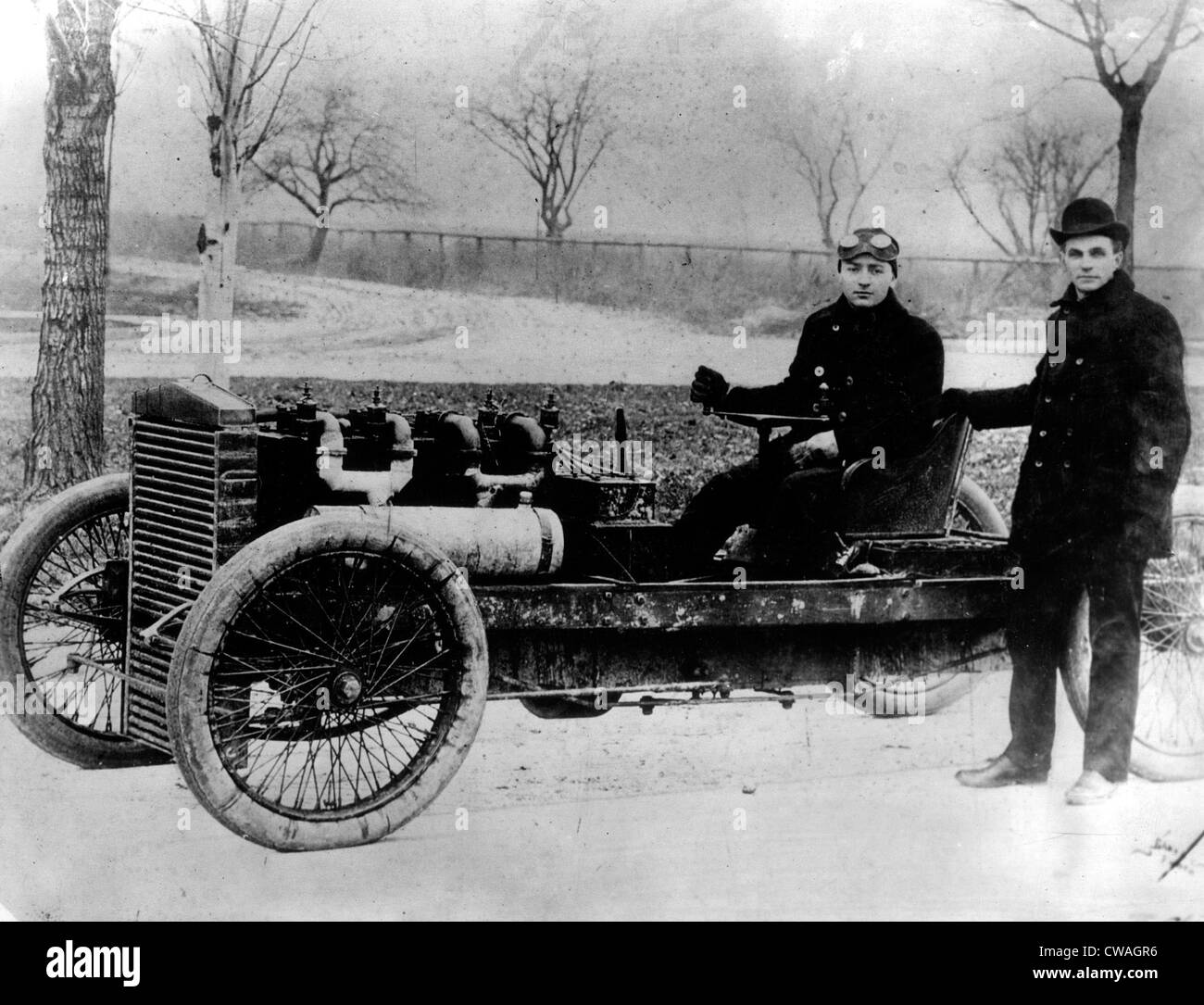 Henry Ford con driver Barney Oldfield in 'Vecchio 99', un inizio di Ford racing car, 1902. La cortesia: Immagini Stock