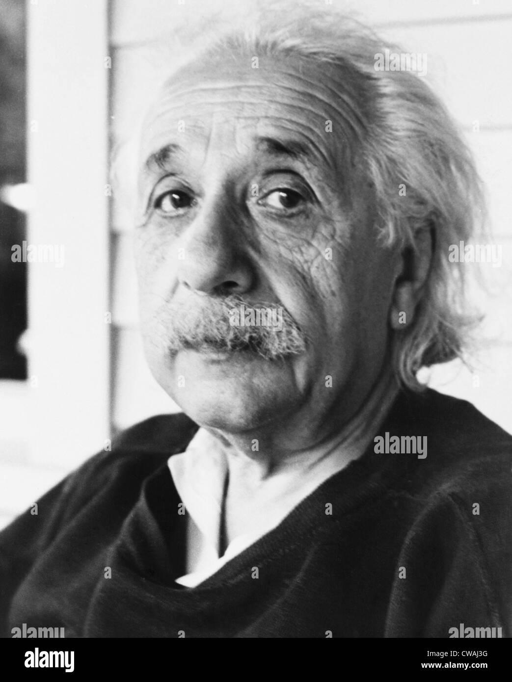 Albert Einstein (1879-1955) nel 1945. Nonostante il suo pacifismo, nel 1939 ha lanciato un appello a Franklin Roosevelt Immagini Stock
