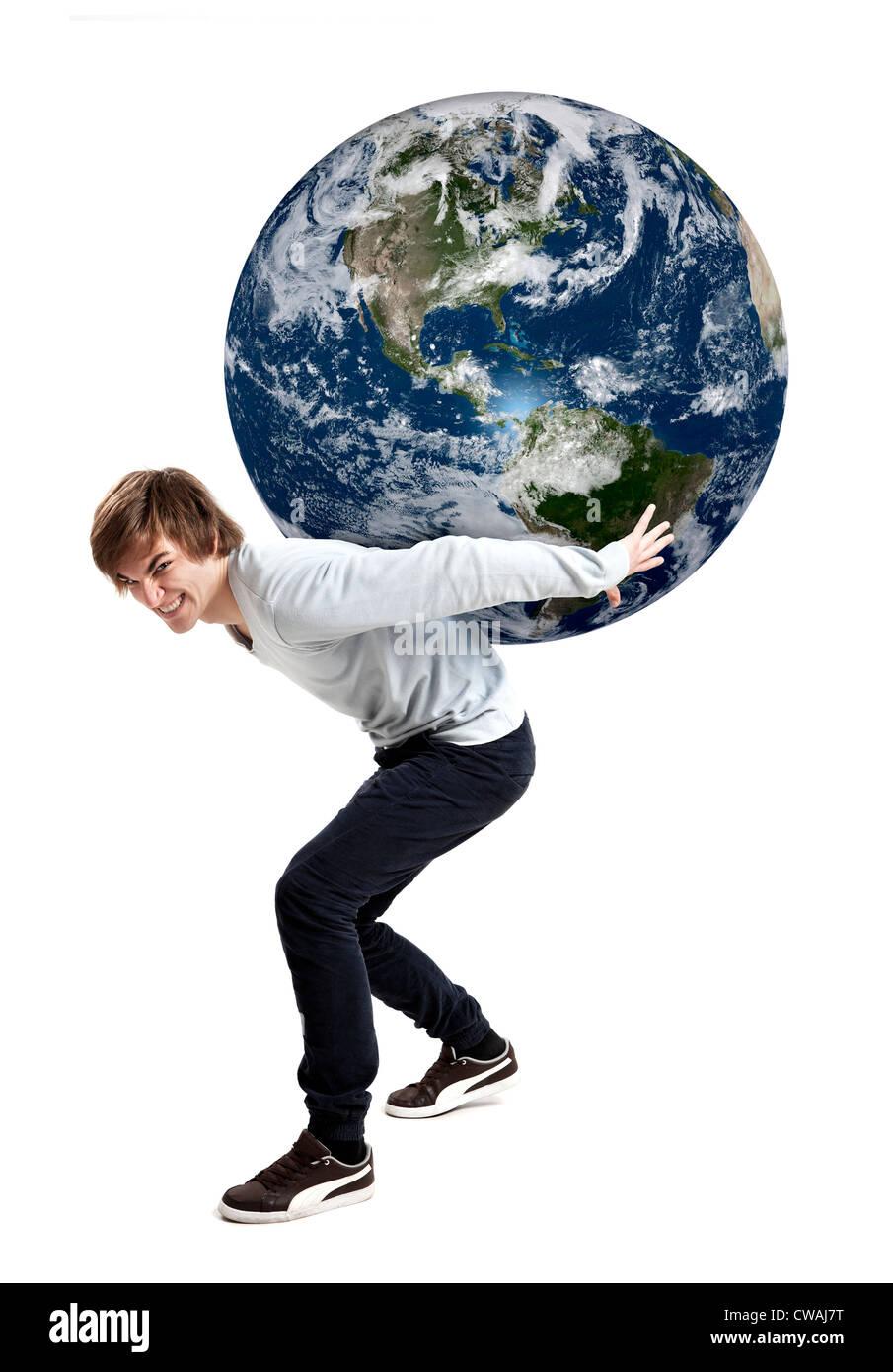 Bel giovane prendersi cura del pianeta terra sulle sue spalle, isolato su bianco Immagini Stock