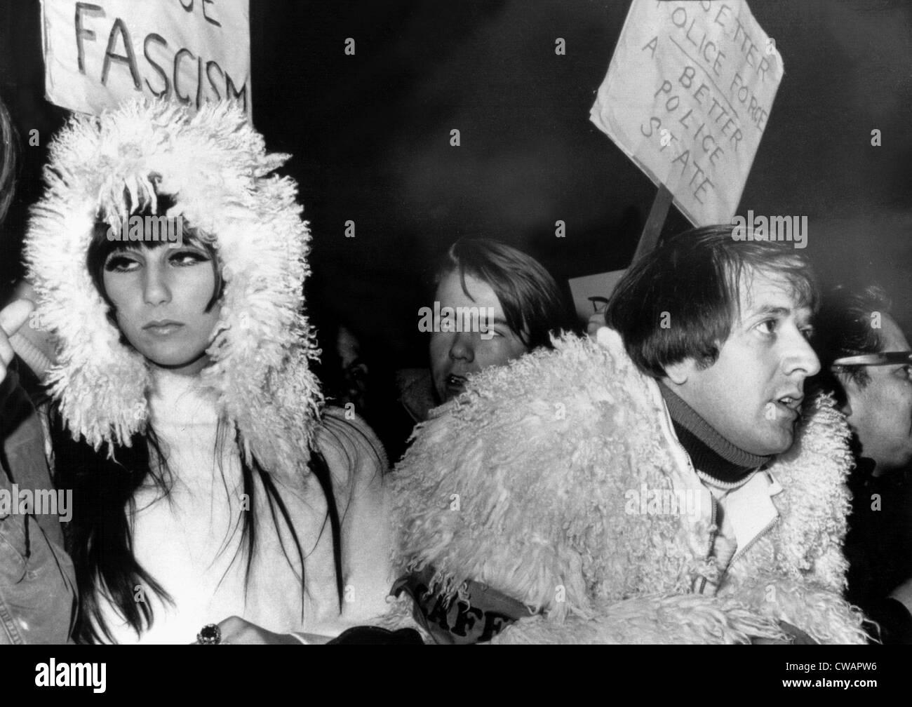 Sonny & Cher al Sunset Strip dimostrazione contro la brutalità della polizia, Hollywood, 12/10/66. La cortesia: Immagini Stock