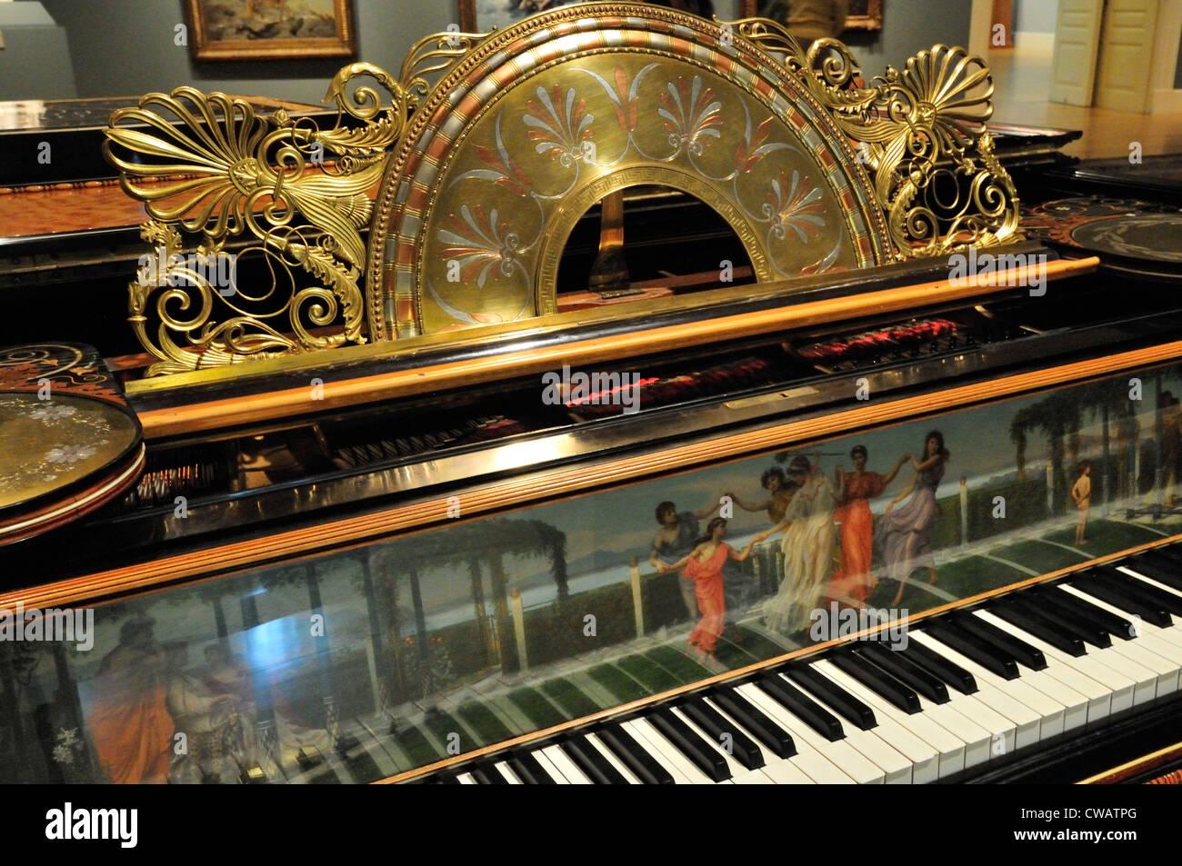Parte anteriore del grand pianoforte e coppia di sgabelli