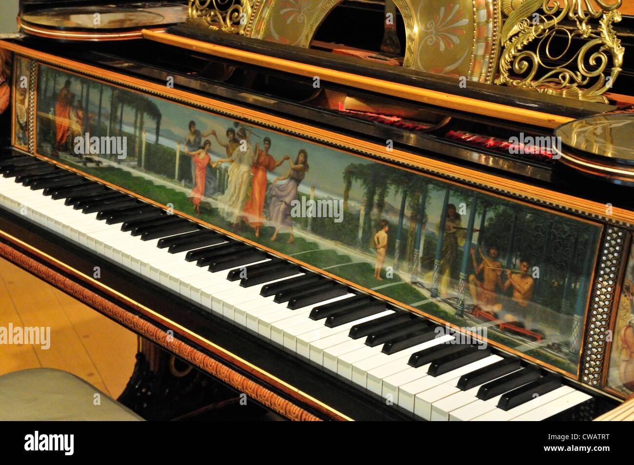 La tastiera e il pannello anteriore del grand pianoforte e coppia