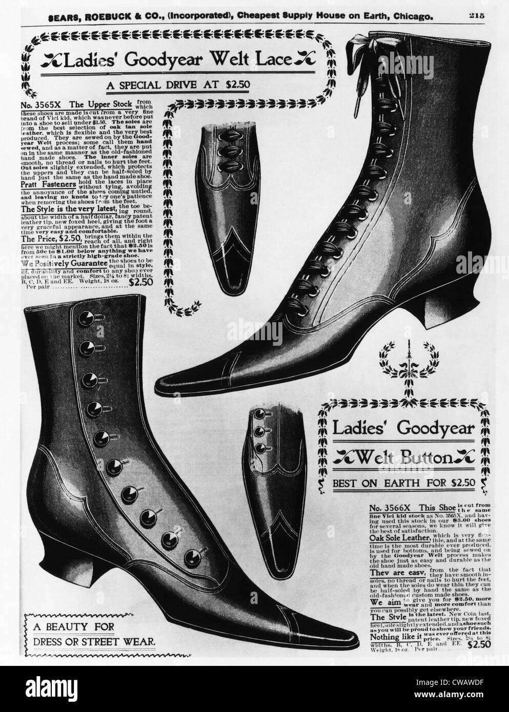 Una pagina da un 1897 Sears Roebuck catalogo offrendo Ladies' Goodyear Welt Pizzi e il pulsante stivali, ciascuna Immagini Stock