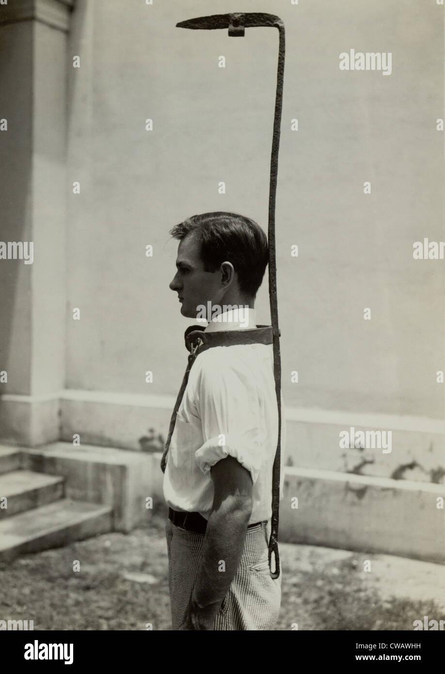 Modello indossa una campana di slave rack, un usato slave per i proprietari di un handicap runaway slave. Originariamente Foto Stock