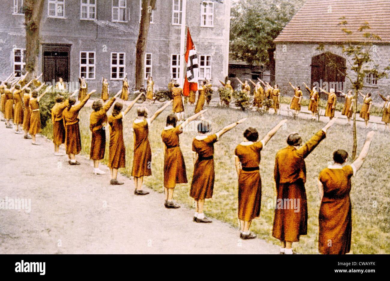 La Germania nazista, Junge Deutsche Madel, dando il saluto nazista, c. 1933. Immagini Stock