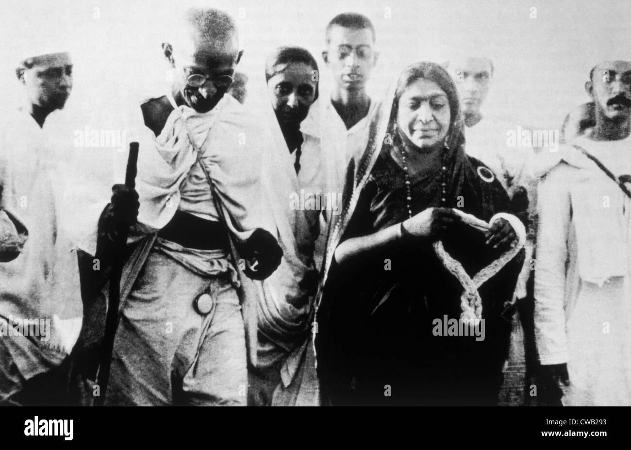 Il Mahatma Gandhi con i suoi seguaci sul sale marzo, 1930 Immagini Stock