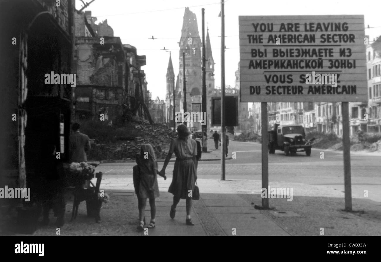 Berlino, Germania con il cartello che indica la fine del settore americano in primo piano e la Kaiser Wilhelm chiesa Immagini Stock