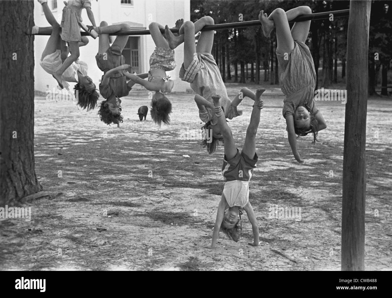 Bambini che giocano in un parco giochi, scuola Irwinville, Georgia, fotografia di John Vachon, maggio 1938. Immagini Stock