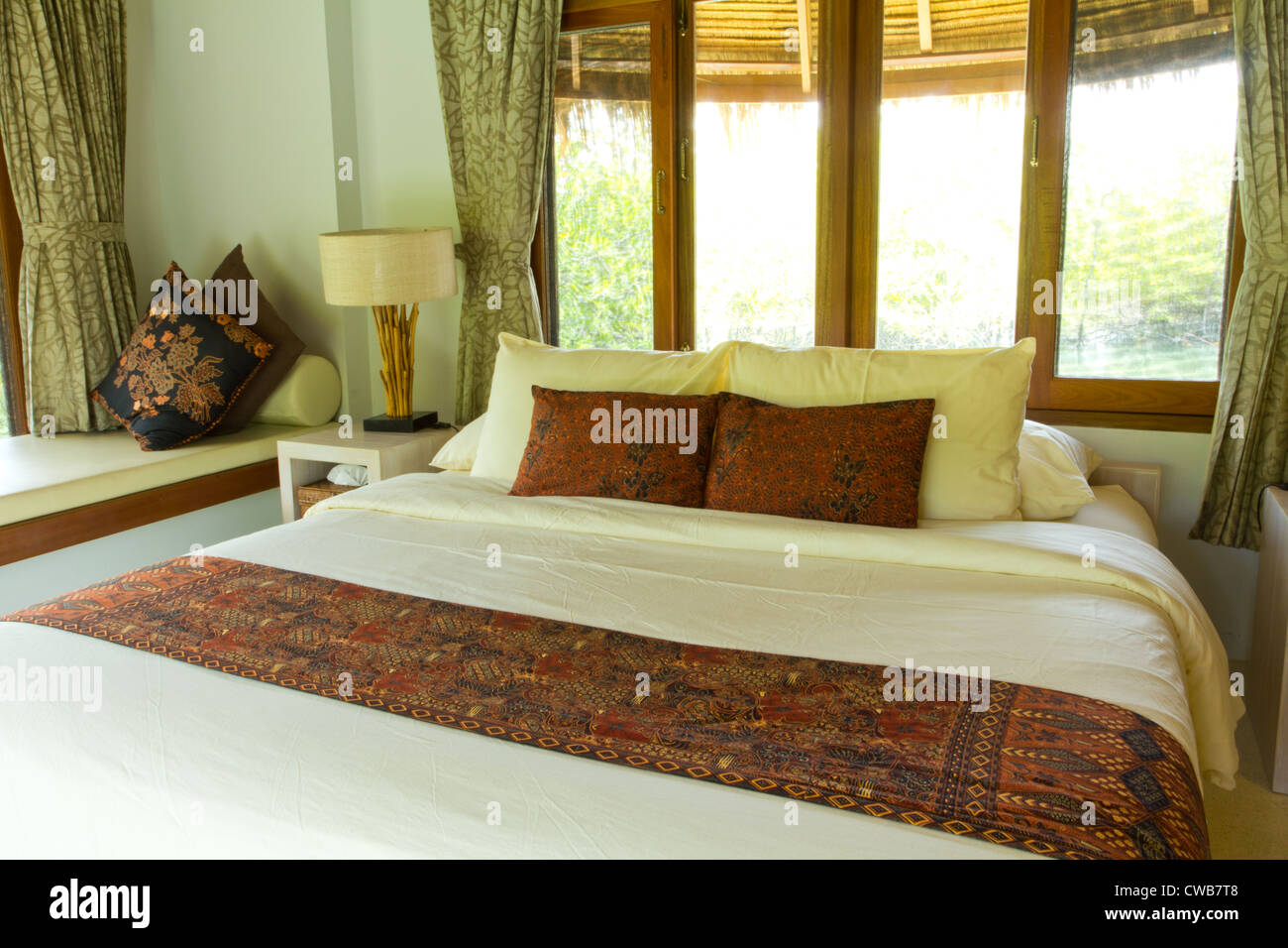 Stile rurale camera da letto con letto a baldacchino con vista mare ...