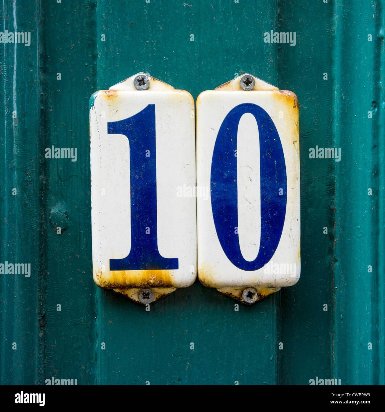 Numero Civico dieci su due distinte piastre smaltate. Immagini Stock