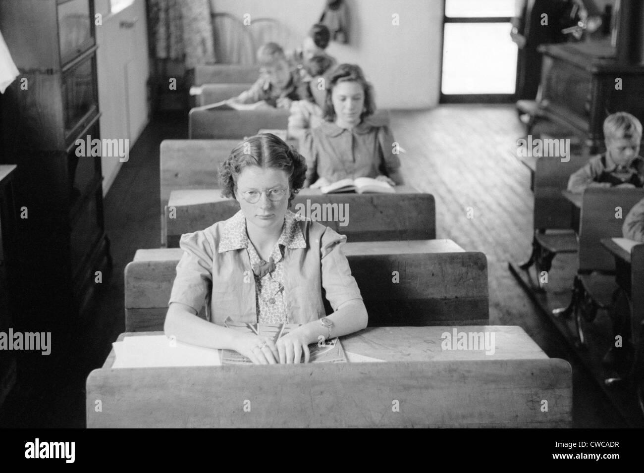Gli studenti di varie età seduti ai loro posti in una zona rurale Wisconsin scuola. Sett. 1939. Immagini Stock