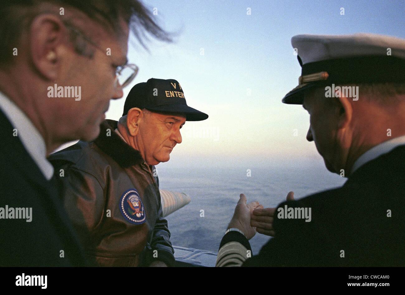 Il presidente Lyndon Johnson's Tour della USS Enterprise. Il Segretario della Difesa e LBJ durante un veterano Immagini Stock