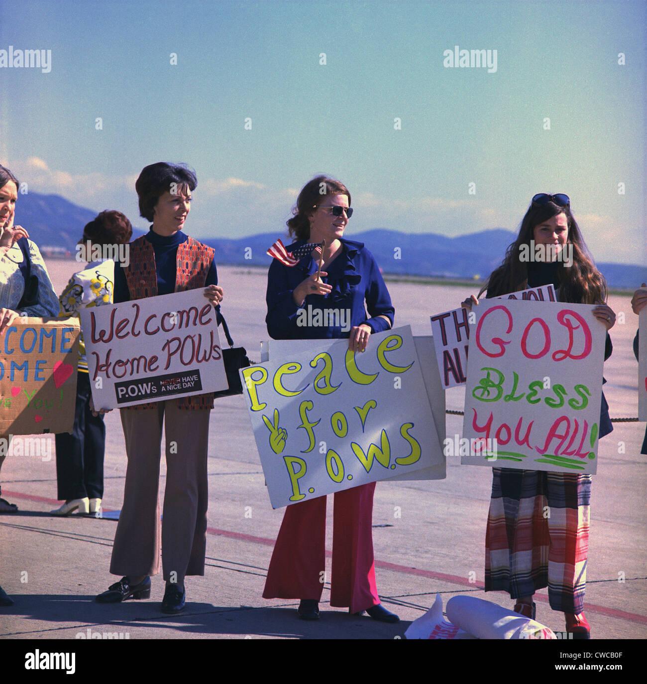 Mogli benvenuti a casa marina US POWs. Marine mogli attendere con le indicazioni per i loro mariti che sono state Immagini Stock