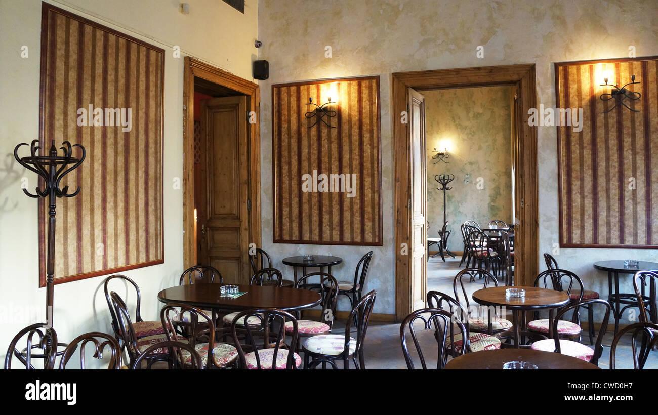 Tavoli E Sedie Da Pub : Gli interni di un vintage pub con tavoli e sedie di legno foto