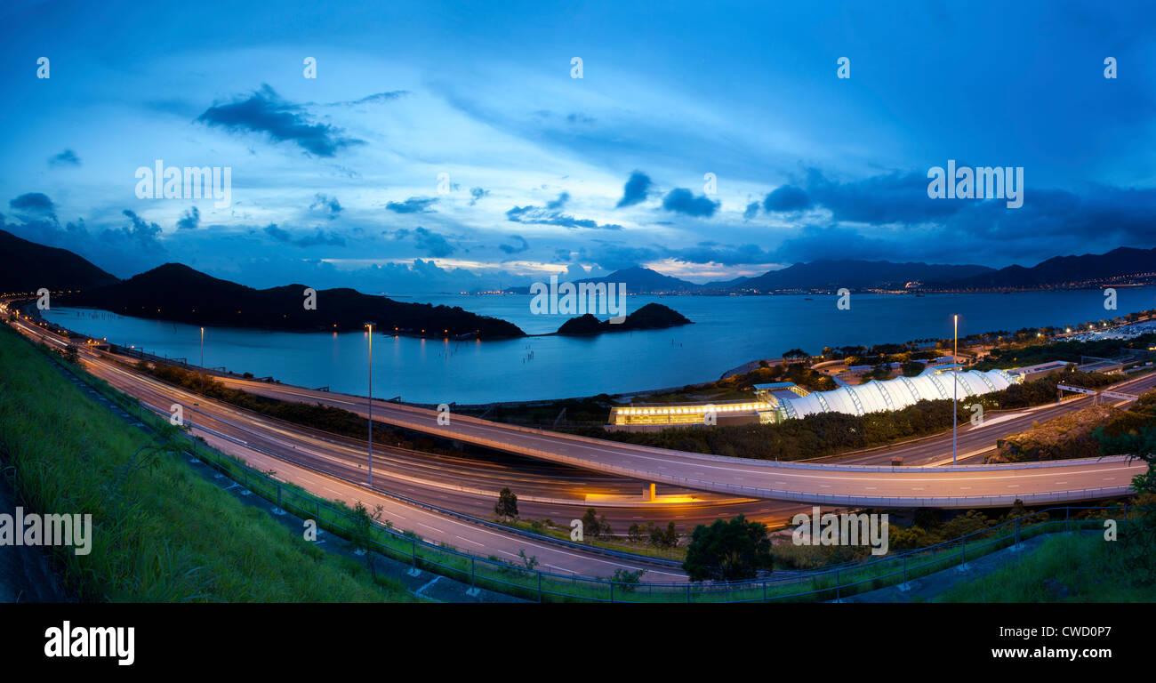 Autostrada a Hong Kong al tramonto Immagini Stock