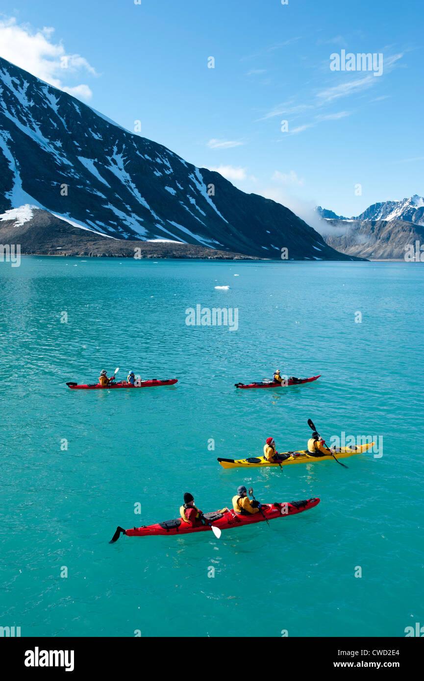 Il kayak al ghiacciaio Smeerenburg, Spitsbergen, Svalbard, Arctic Immagini Stock