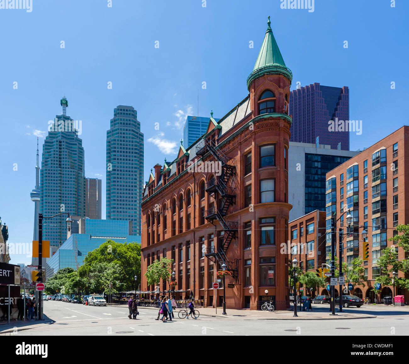 Vista anteriore giù Street verso il quartiere finanziario con Gooderham edificio (Flatiron Building) a destra, Immagini Stock