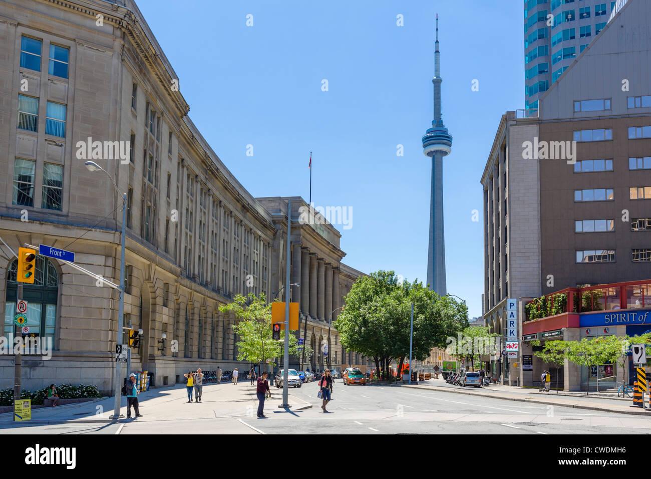 Toronto, Canada. Vista anteriore giù Street verso la CN Tower con il dominio pubblico edificio a sinistra, Immagini Stock