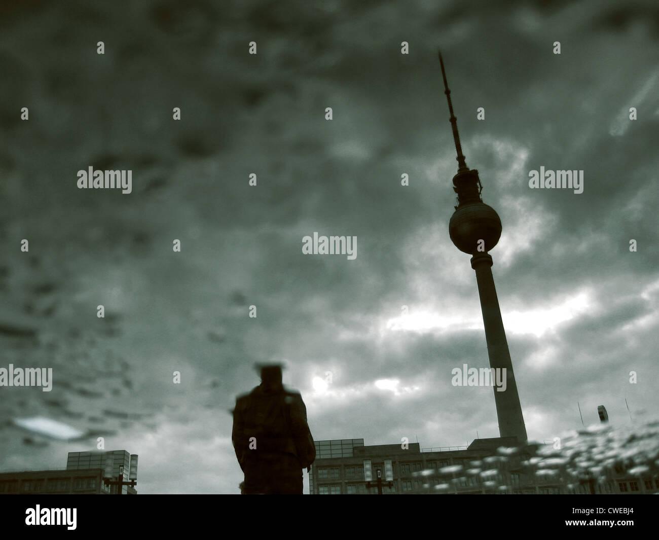 La riflessione,la torre della televisione Immagini Stock