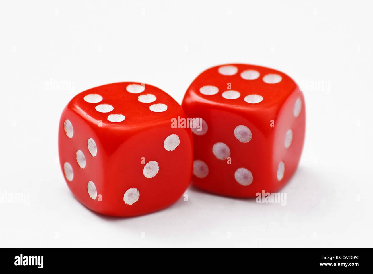 Coppia di dadi rossi generata per un doppio 6, isolato su sfondo bianco Immagini Stock