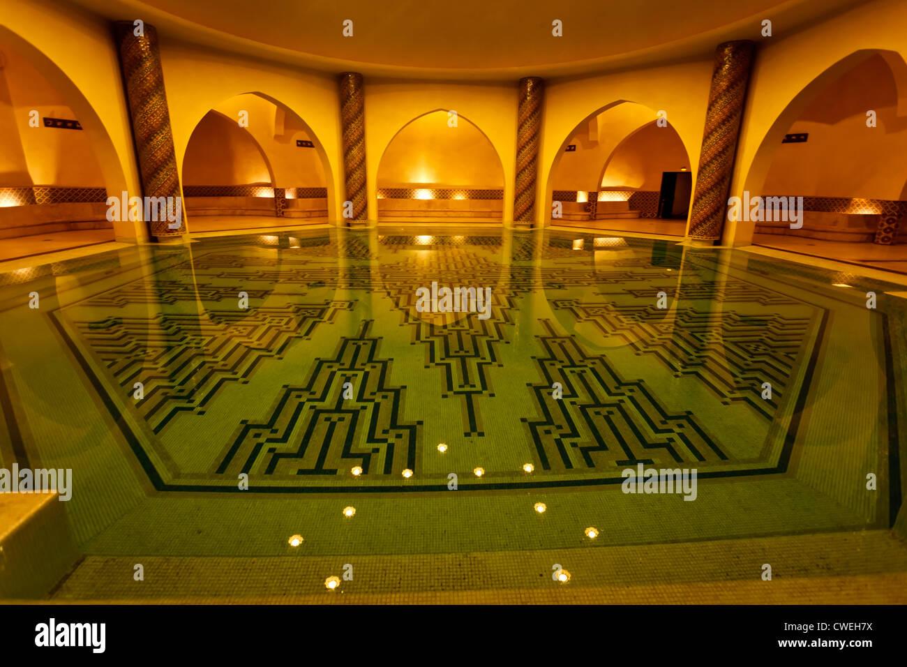 Interni piscina di balneazione archi e delle piastrelle di hammam