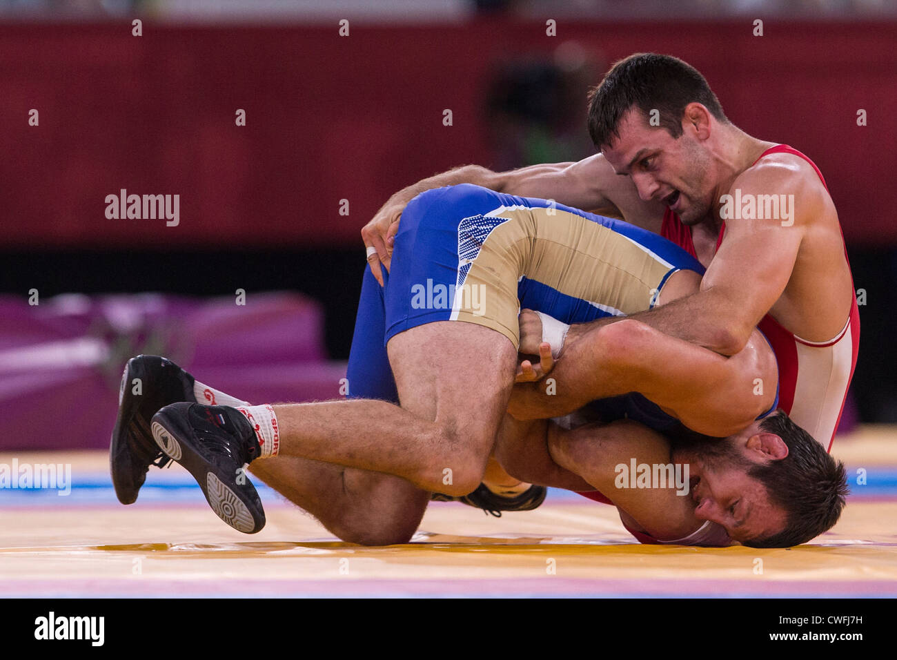 Denis Tsargush (RUS) -B- vs Matteo Giuda Gentry (CAN) in Uomini 74kg Freestyle Wrestling all'Olympic Immagini Stock