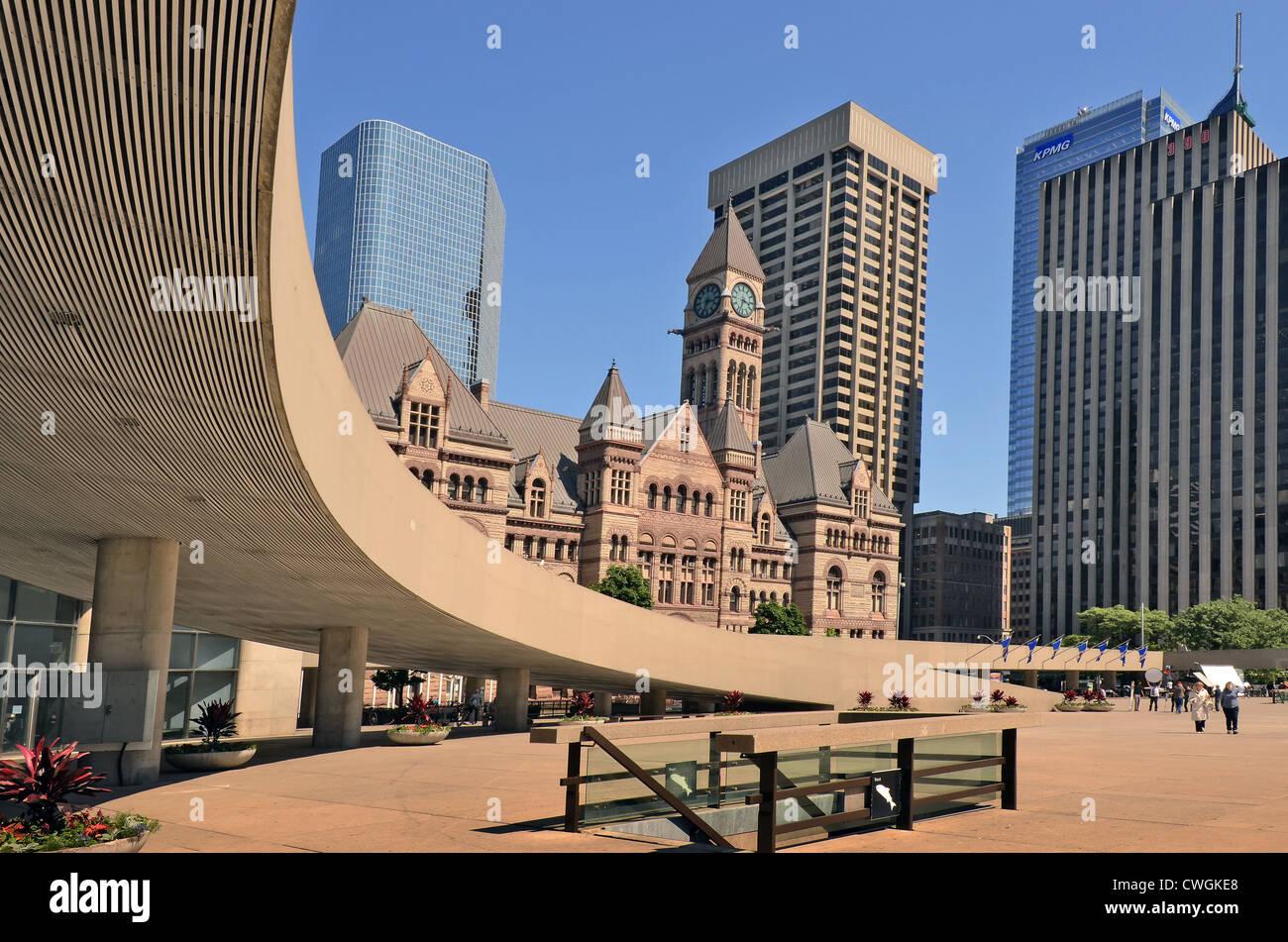 Il vecchio municipio visto da Nathan Phillips Square, Toronto, Ontario, Canada. Immagini Stock